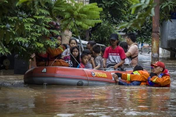 Petugas membantu evakuasi warga yang terdampak banjir di Pejaten Timur, Pasar Minggu, Jakarta, Senin (5/2/2018). - Antara/Galih Pradipta
