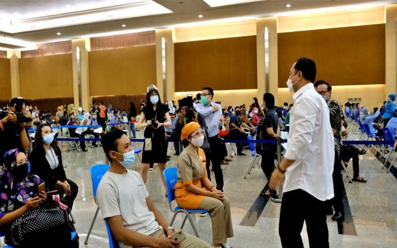 Wali Kota Surabay Eri Cahyadi meninjau proses vaksinasi di Galaxy Mall II Surabaya.  -  Dok. Pemkot Surabaya