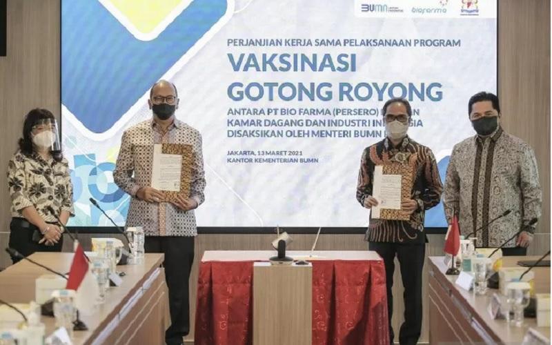 rnrnMenteri BUMN Erick Thohir (kanan), Direktur Utama Bio Farma Honesti Basyir (kedua kanan), Ketua Umum Kamar Dagang dan Industri (Kadin) Indonesia Rosan P. Roeslani (kedua kiri) dan Wakil Ketua Umum Kadin Bidang Hubungan Internasional Shinta Widjaja Kamdani (kiri) usai penandatanganan perjanjian kerja sama pelaksanaan Vaksinasi Gotong Royong di kantor Kementerian BUMN, Jakarta, Sabtu (13/3/2021). - Antara\r\n