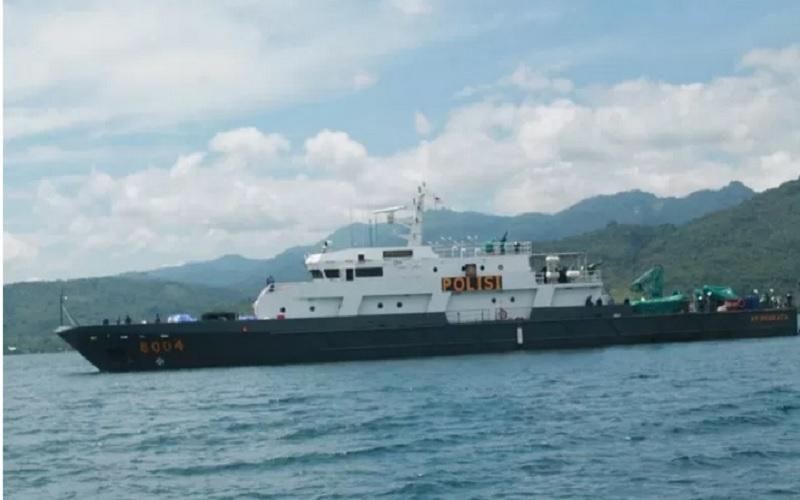 Kapal Polisi Barata-8004 milik Mabes Polri yang mengangkut logistik bantuan Mabes Polri menuju Flores Timur di sekitar Laut Solor, Nusa Tenggara Timur (NTT), Rabu (7/4/2021). - Antara\r\n