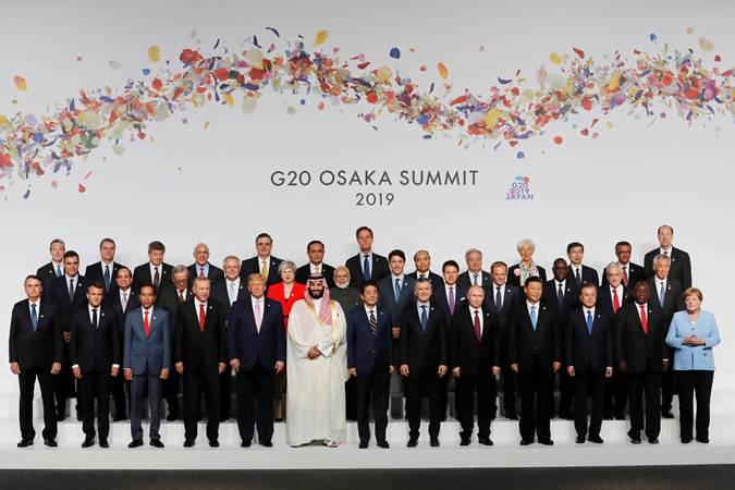 Presiden Joko Widodo (depan, ketiga kiri) berpose bersama para kepala negara, dan kepala pemerintahan negara G20 saat sesi family photo di sela-sela menghadiri KTT G20, di Osaka, Jepang, Jumat (28/6/2019).  Konferensi Tingkat Tinggi (KTT) G20 digelar pada tanggal 28-29 Juni 2019. - Reuters/Kim Kyung/Hoon