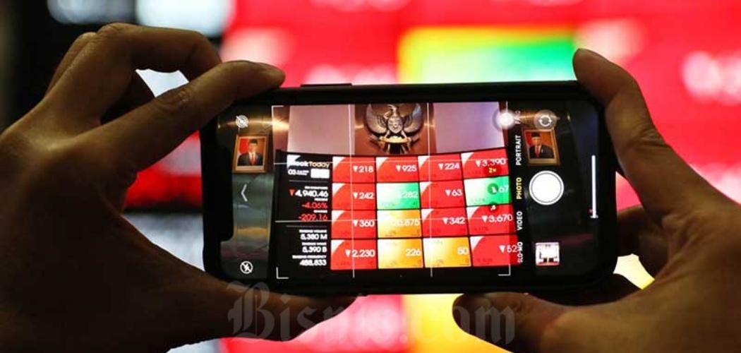 Pengunjung melihat papan elektronik yang menampilkan pergerakan Indeks Harga Saham Gabungan (IHSG) di Bursa Efek Indonesia, Jakarta, Senin (3/8/2020). - Bisnis/Eusebio Chrysnamurti