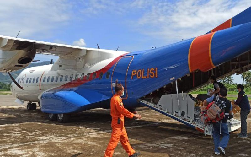 Pesawat kargo yang membawa bantuan penanganan darurat siklon tropis Seroja tiba di Bandar Udara (Bandara) El Tari, Kupang, Nusa Tenggara Timur pada Kamis (8/4/2021)  -  Dok. BNPB