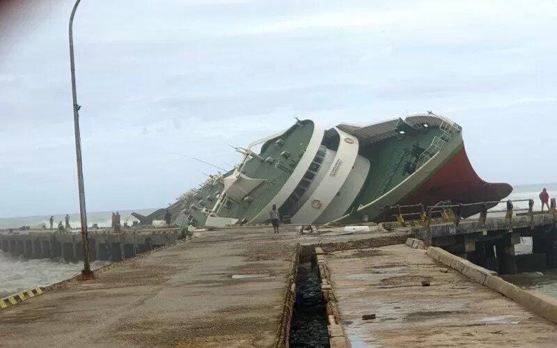 Kapal Chantika 10 yang karam di Pelabuhan Seba Pulau Sabu. - BPBD Sabu Raijua