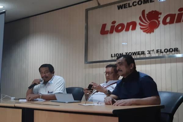 Presiden Direktur Lion Air Group Edward Sirait (kiri) dan Managing Director Lion Air Group (tengah) memberikan klarifikasi dalam konferensi pers, Rabu (28/11). JIBI/BISNIS - Rio Sandy Pradana