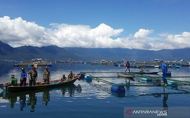 Tim gabungan membersihkan keramba jaring apung yang rusak di Danau Maninjau. - ANTARA/Yusrizal