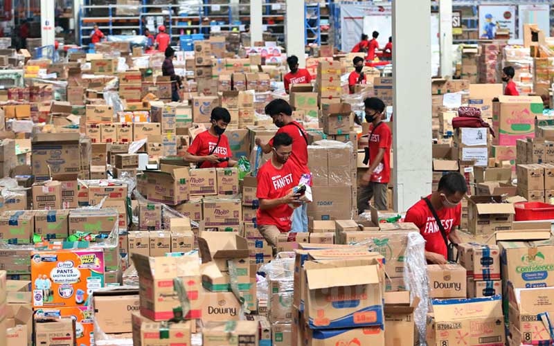 Aktivitas pekerja di Warehouse Marunda, Bekasi, Jawa Barat, Jumat (11/12/2020). Bisnis - Eusebio Chrysnamurti