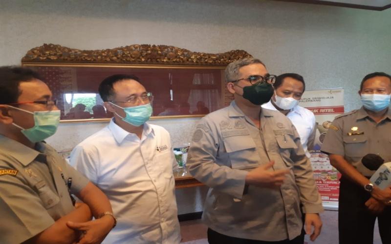 Wakil Menteri Pertanian Harvick Hasnul Qolbi (tengah) didampingi Direktur Utama PT Pusri Palembang Tri Wahyudi Saleh (kedua kanan) memberikan pemaparan terkait stok pupuk di wilayah Sumsel.  - Bisnis/Dinda Wulandari