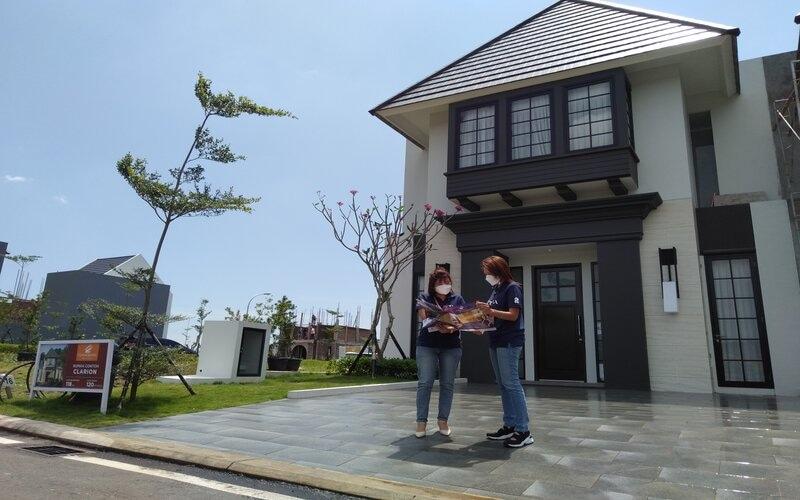 General Manager Citra Grand Semarang, Berlian Febriana (kanan) saat menunjukkan show unit rumah di Citra Grand Semarang. - Bisnis/Alif N.