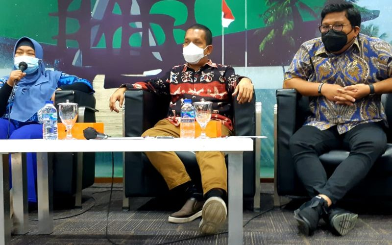 Ekonom INDEF Enny Sri Hartati (kiri), Anggota Komisi IX DPR, Melki Laka Lena (tengah) dari Fraksi Golkar dan Anggota Komisi V DPR, Irwan Fecho (kanan) dari Fraksi Partai Demokrat dalam acara diskusi bertajuk