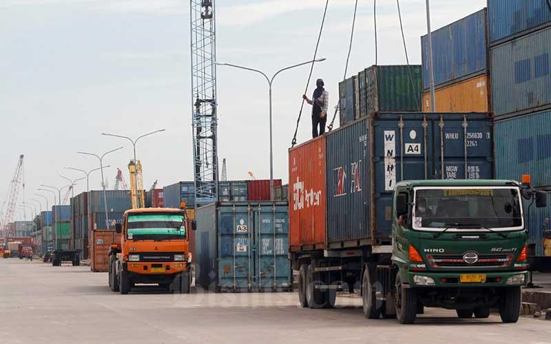 Pekerja melakukan aktivitas bongkar muat peti kemas di Pelabuhan Sunda Kelapa, Jakarta, Selasa (19/5/2020). Bisnis - Himawan L. Nugraha
