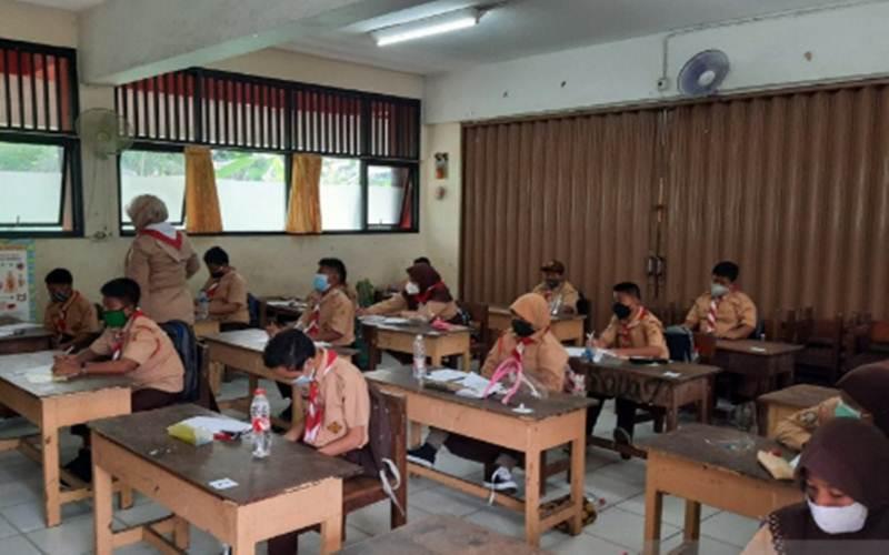 Suasana uji coba belajar tatap muka di SDN Cipinang Melayu 8, Rabu (7/4/2021). - Antara/Yogi Rachman