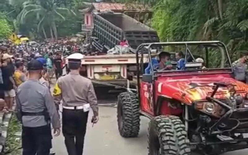 Kendaraan terlibat kecelakaan di Desa Kalijambe, Kecamatan Bener, Kabupaten Purworejo yang melintang di tengah jalan berupaya dievakuasi. - Antara
