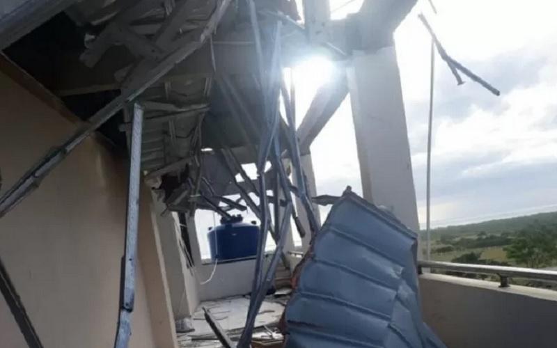 Sebuah bangunan rusak setelah diterjang badai Siklon Tropis Seroja di Kabupaten Sabu Raijua, NTT, pada Minggu (4/4/2021) dini hari. - Antara