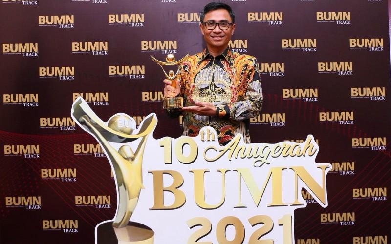 Direktur Utama Pos Indonesia (Persero) Faizal Rochmad Djoemadi meraih Penghargaan CEO Terbaik Driving Transformation 2021 dalam ajang Anugerah BUMN 2021. - Istimewa