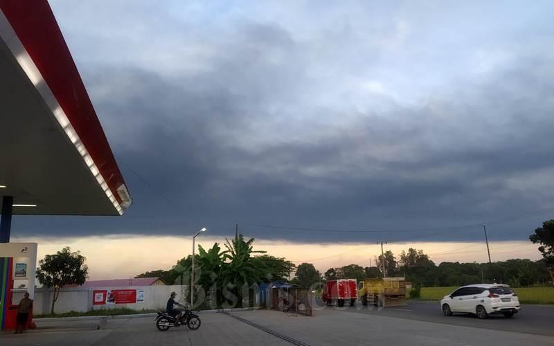 Awan efek kebakaran pada salah satu tangki di kilang Balongan. Indramayu, Jabar. - Bisnis/Kim Baihaqi