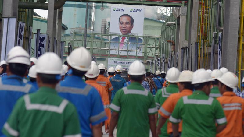 Ribuan pekerja berjalan kaki di pabrik Asia Pacific Rayon (APR) saat peresmian oleh Presiden Joko Widodo di Kabupaten Pelalawan, Riau, Jumat (21/2/2020). -  ANTARA / FB Anggoro