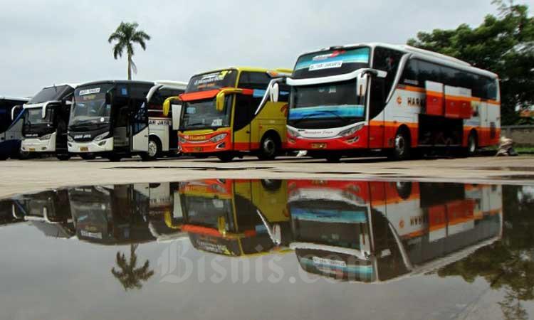 Refleksi deretan bus yang terparkir saat menunggu penumpang di terminal Pondok Cabe, Tangerang Selatan, Banten, Minggu (1/3/2020). Bisnis - Arief Hermawan P