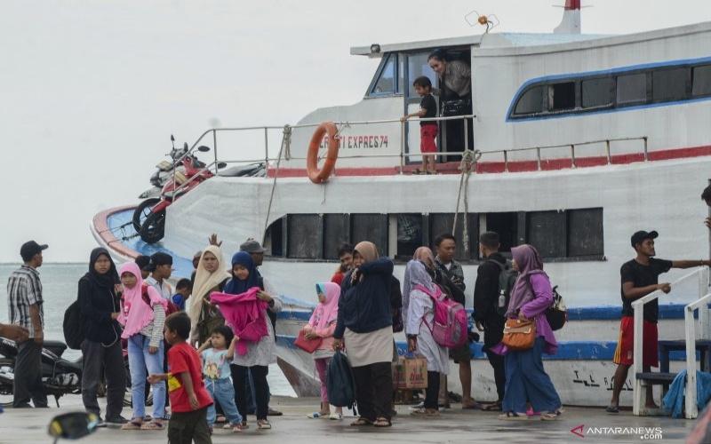 Sejumlah wisatawan usai menaiki kapal dari Kepulauan Seribu di Pelabuhan Kali Adem, Jakarta Utara, Sabtu (11/01/2020). ANTARA FOTO/Fakhri Hermansyah - pd.