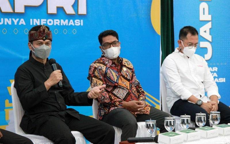 Kepala Disnakertrans Jabar Rachmat Taufik Garsadi (kiri)