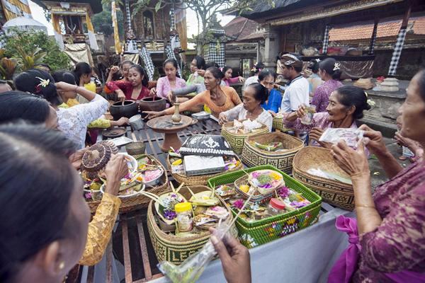 Ilustrasi - Sejumlah wanita Hindu menyiapkan sesajen saat persembahyangan Hari Raya Galungan di Pura Dalem Kengetan, Ubud, Bali, Rabu (5/4). - Antara/Nyoman Budhiana