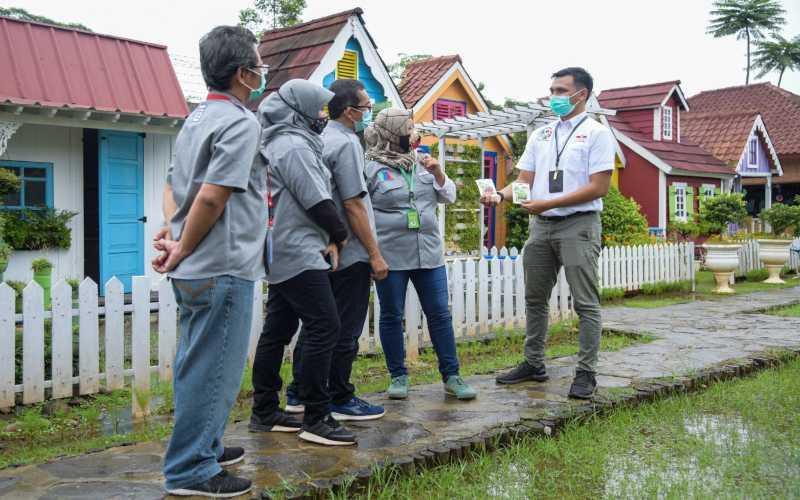 Acting Business Development Manager PT East West Seed Indonesia (Ewindo) Ridho Bilhaq (kanan) berbincang dengan Ketua Perhimpunan Hiroponik Indonesia (Perhindo) Jatmiko Pambudi (kiri) dan Pengurus Perhindo Jawa Barat di sela acara Pelantikan Pengurus Perhindo Jawa Barat di area Urban Farming Center Kantor Pusat Riset dan Pengembangan Ewindo di Purwakarta, Jawa Barat benerapa waktu lalu. - Istimewa