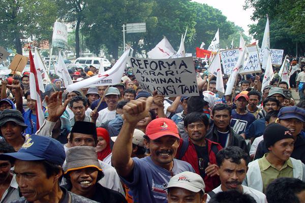 Demonstrasi petani menuntut reformasi agraria dengan membagikan lahan kepada petani miskin. - Wikipedia