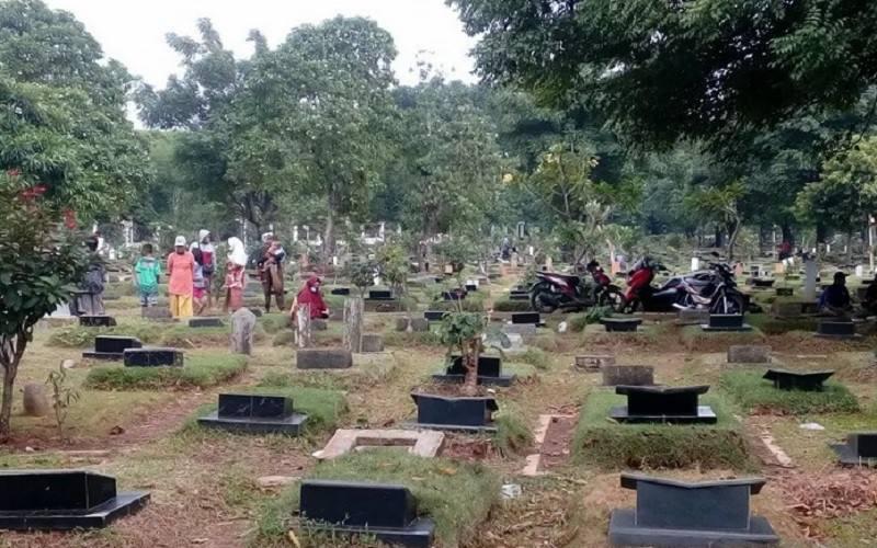 Suasana TPU Pondok Kelapa di Jakarta Timur yang ramai didatangi peziarah jelang bulan Ramadan, Sabtu (10/4/2021). - Antara
