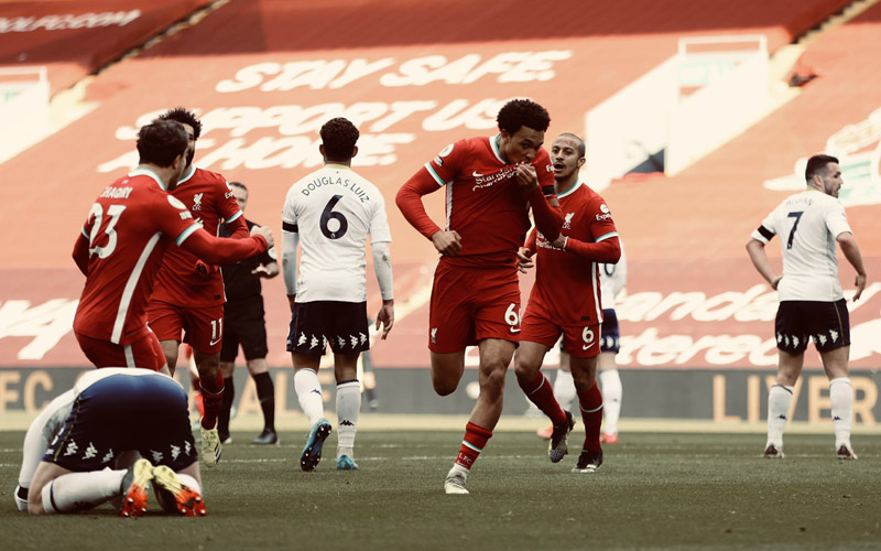 Bek Liverpool Trent Alexander-Arnold (ketiga kanan) merayakan golnya di ujung pertandingan yang menentukan kemenangan timnya atas Aston Villa. - Twitter@LFC