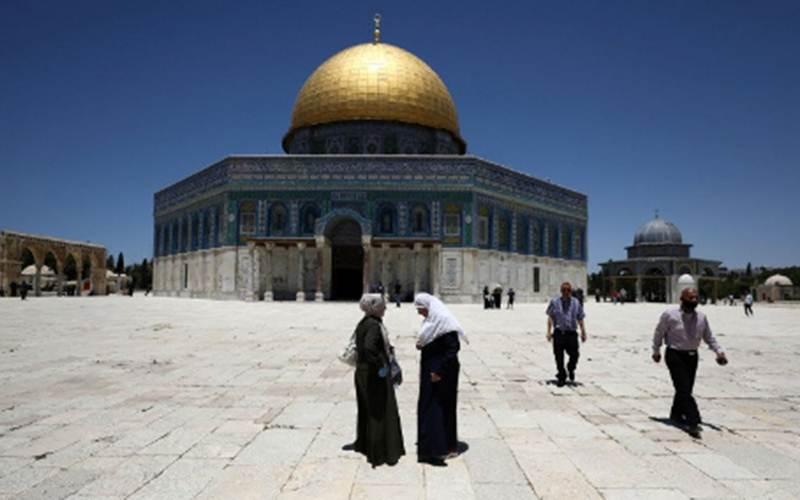 Pengunjung melintas di depan Dome of Rock (Kubah Batu), kompleks Masjid Al Aqsa, Kota Tua Yerusalem, Minggu (31/5/2020)./Antara - Reuters/Ammar Awad