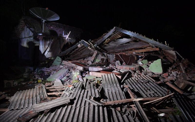 Kondisi salah satu rumah warga yang rusak akibat gempa yang terjadi di Kabupaten Malang di Desa Kali Uling, Lumajang, Jawa Timur, Minggu (11/4/2021). Sekitar ratusan rumah warga di wilayah itu rusak akibat gempa yang terjadi di Kabupaten Malang. - Antara/Zabur Karuru.
