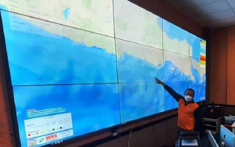 Pejabat BPBD Jatim menunjukkan lokasi kejadian gempa di Warning Receiver System (WRS) BMKG melalui layar monitor Pusdalops BPBD Jatim, Sabtu (10/4/2021). - Antara\r\n