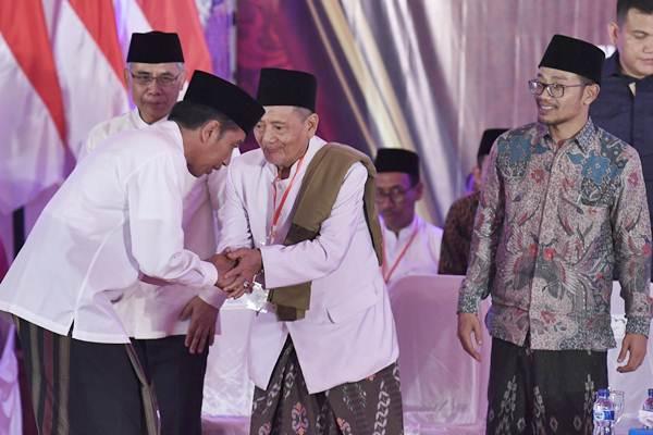 Presiden Joko Widodo (kiri) menghadiri peresmian Bank Wakaf Mikro (BWM) di Pondok Pesantren Mambaul Maarif Denanyar, Jombang, Jawa Timur, Selasa (18/12/2018). - Antara/Puspa Perwitasari
