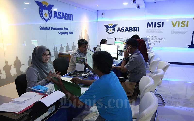Karyawan melayani nasabah di salah satu kantor cabang milik PT Asuransi Sosial Angkatan Bersenjata Republik Indonesia (Asabri) di Jakarta, Kamis (10/10). Bisnis - Dedi Gunawan