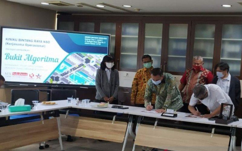 udiman Sudjatmiko (baju putih) selaku Ketua Pelaksana Kiniku Bintang Raya KSO pada penandatanganan pembangunan Bukit Algoritma Silicon Valley Indonesia.  - ANTARA.