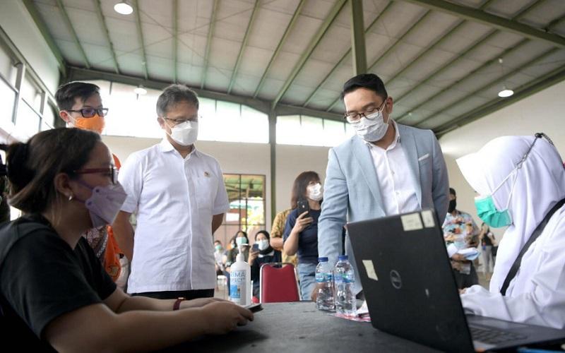 Gubernur Jawa Barat Ridwan Kamil bersama Menteri Kesehatan RI Budi Gunadi Sadikin meninjau Pusat Vaksinasi Shopee di Kiara Artha Park