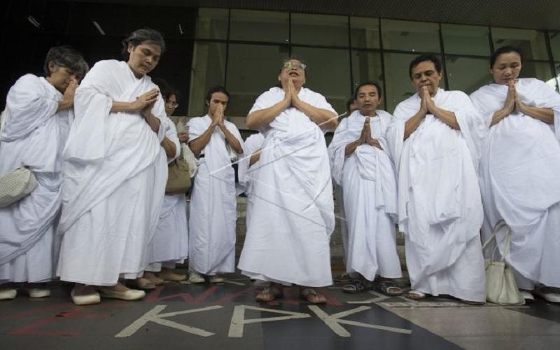 Lia Aminnuddin atau Lia Eden (tengah) berdoa untuk KPK di halaman gedung KPK, Jakarta, Senin (16/2). Menurut pimpinan kelompok kepercayaan Eden tersebut hanya Tuhan yang bisa mengatasi persoalan KPK - Antara