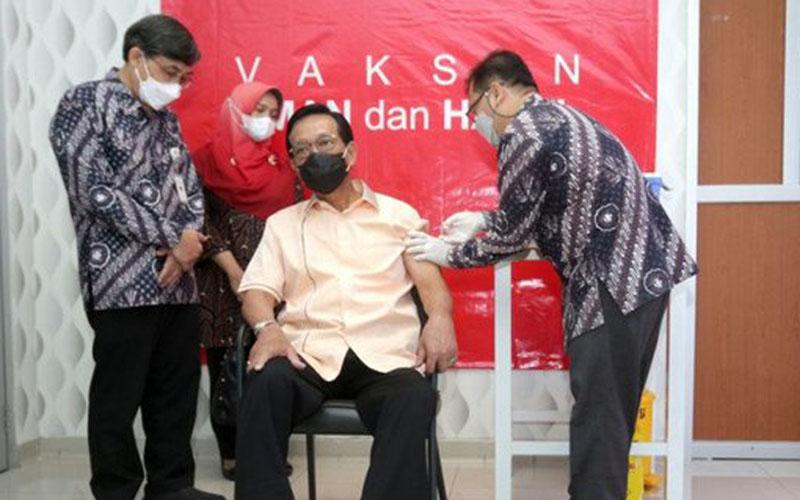 Gubernur Daerah Istimewa Yogyakarta Sri Sultan Hamengku Buwono X menjalani vaksinasi Covid-19. - Antara