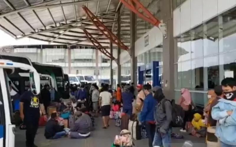 Penumpang bus berkerumun di area pemberangkatan bus Terminal Terpadu Pulogebang, Jakarta Timur, sehari menjelang Ramadan 1441 Hijriyah, Kamis (23/4 - 2020). / ANTARA