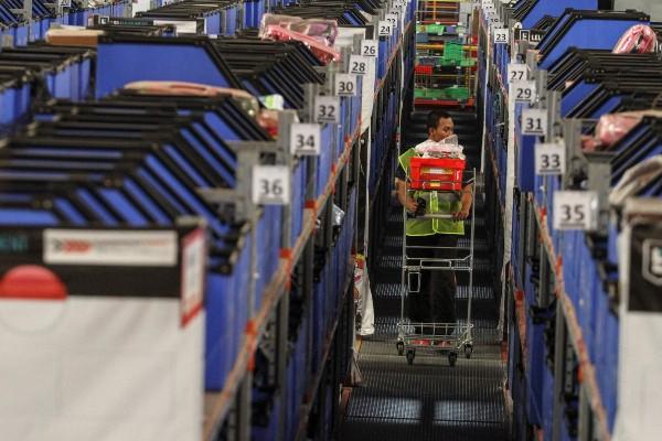 Pekerja mengangkut barang pesanan konsumen di Warehouse Lazada Indonesia, Depok, Jawa Barat, Selasa (12/11/2019). - ANTARA FOTO/Asprilla Dwi Adha