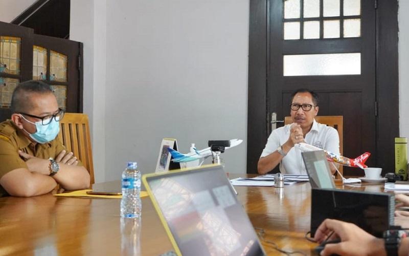Penjabat (Pj) Bupati Bandung Dedi Taufik (kanan)