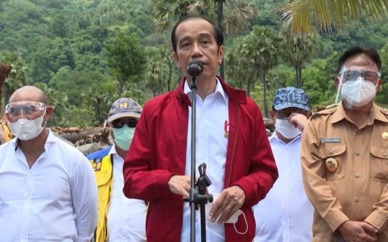 Presiden Jokowi menyampaikan keterangan pers usai meninjau lokasi terdampak bencana di Desa Amakaka, Kecamatan Ile Ape, Lembata, NTT, Jumat (9/4 - 2021) / Youtube Setpres