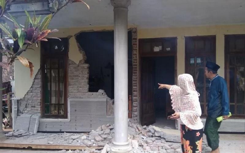 Warga menyaksikan rumah yang rusak akibat gempa di Kecamatan Turen, Kabupaten Malang, Jawa Timur, Sabtu (10/4/2021). Gempa berkekuatan kurang lebih Magnitudo 6,7 yang terjadi di wilayah Kabupaten Malang tersebut menyebabkan sejumlah rumah warga rusak dan goncangan di sejumlah wilayah di Jawa Timur. - Antara\r\n