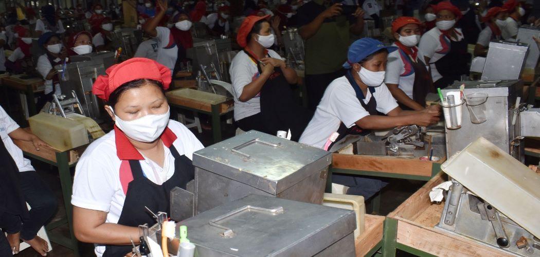 Suasana pekerja di ruang produksi pabrik rokok PT Digjaya Mulia Abadi (DMA) mitra PT HM Sampoerna, Kabupaten Madiun, Jawa Timur, Selasa (16/6/2020). - Antara / Siswowidodo