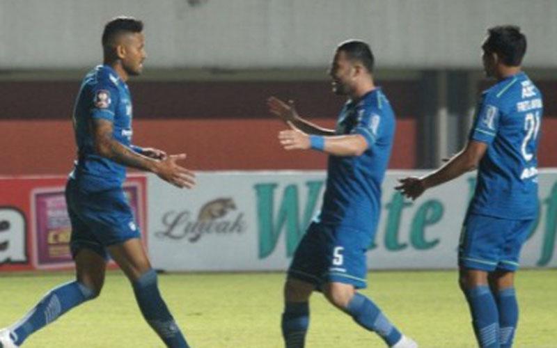 Para pemain Persib merayakan gol ke gawang Persebaya. - Antara