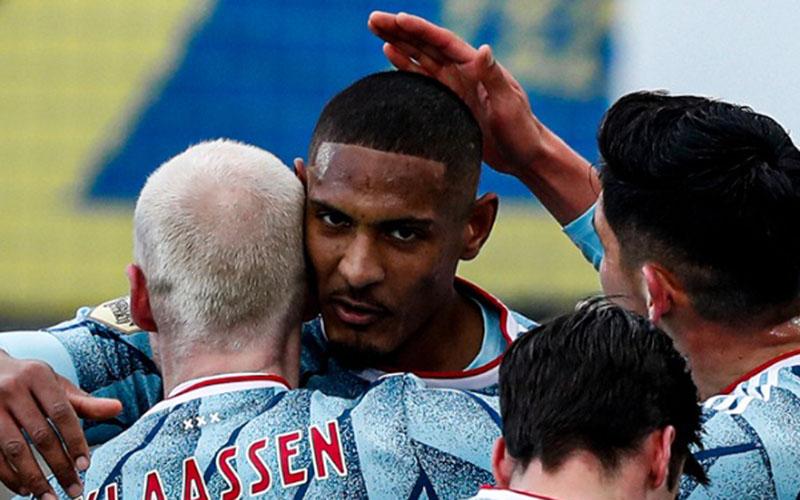 Para pemain Ajax Amsterdam merayakan gol yang dicetak Sebastien haller (menghadap kamera) ke gawang RKC Waalwijk. - Twitter@AFCAjax