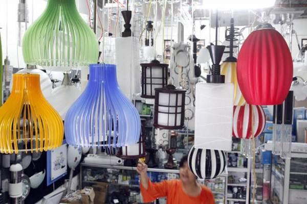 Toko lampu hias dan peralatan listrik di Pasar Ngarsopuro, Solo. - JIBI/Ardiansyah Indra Kumala