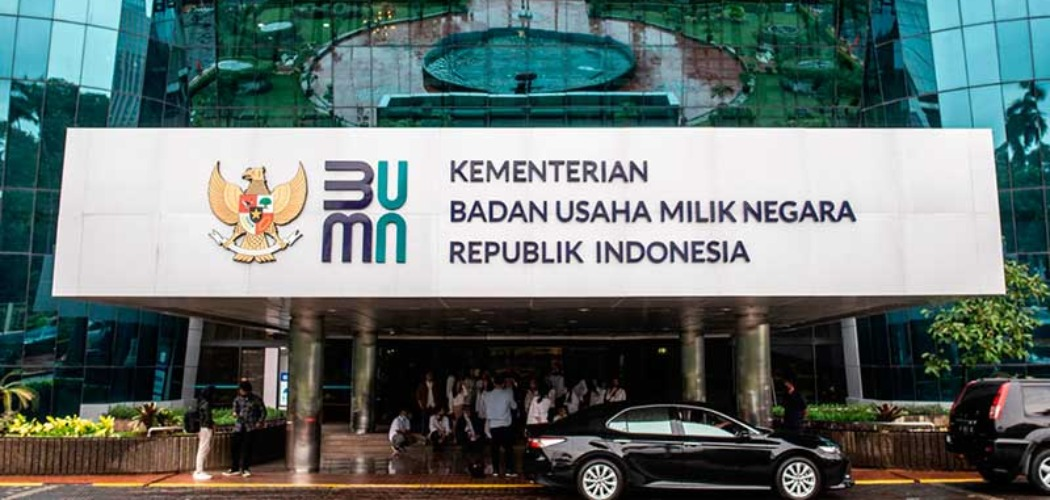 Logo baru Kementerian Badan Usaha Milik Negara (BUMN) terpasang di Gedung Kementerian BUMN, Jakarta, Kamis (2/7/2020). - ANTARA FOTO/Aprillio Akbar\\r\\n