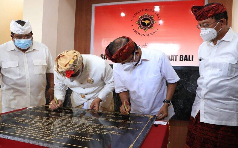 Gubernur Bali Wayan Koster kedua kanan meresmikan Gedung Majelis Desa Adat Tabanan, Minggu (11/4/2021). - Istimewa
