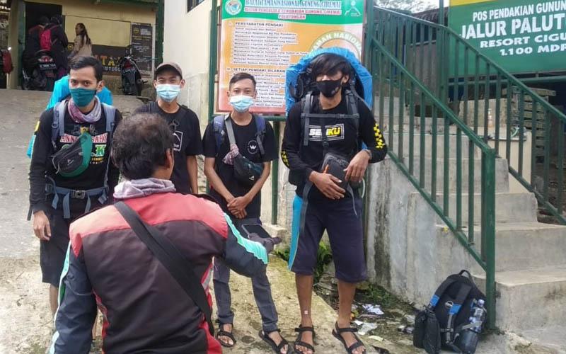 Sejumlah pendaki tengah bersiap-siap di pintu masuk Jalur Palutungan, Kecamatan Cigugur, Kabupaten Kuningan. - Bisnis/Hakim Baihaki